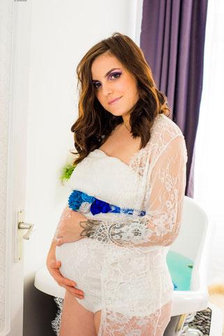 witte achtergrond bij zwangerschapsshoot
