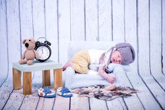 newborn met klok
