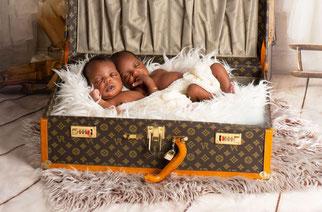 twee babyjongens in een tas