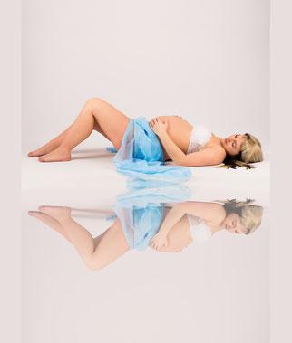 zwangere vrouw op de grond