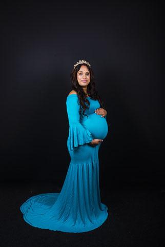 meisje in verwachting blauwe jurk