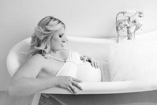 zwangere dame kijkt naar haar buik