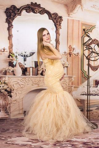 vrouw in zwangerschapsjurk