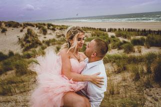 vrouw en man in de duinen