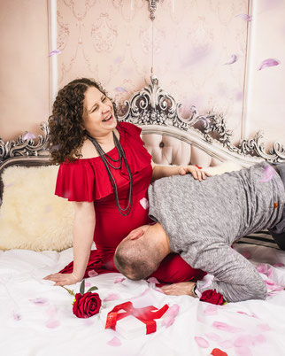echtgenoot kust zwangere vrouw