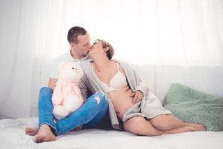 zwangere dame met vriend op bed