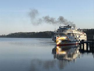 Uglich: Ankunft eines Wolga-Kreuzfahrtschiffes am Morgen