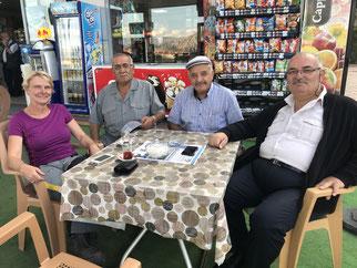 Nette Unterhaltung mit Kamḭl (rechts) und seiner Familie