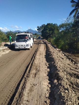 急に現れた泥道。おまえ、国道としてのプライドはないのか!!