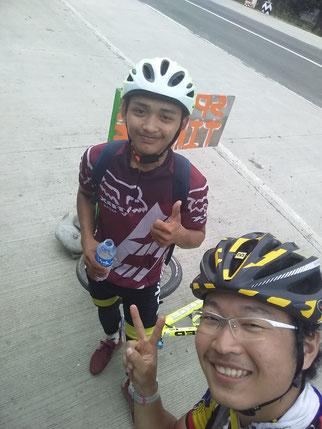 少年MTB乗りと。フィリピン伝統お菓子を教えてもらった