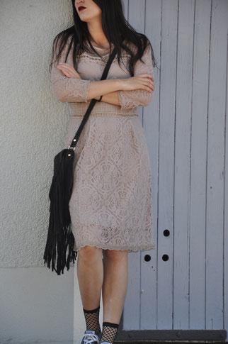 Streetstyle rosa Spitzenkleid Netzsöckchen Converse Chucks Modeblog Fairy Tale Gone Realistic Fashionblog Deutschland