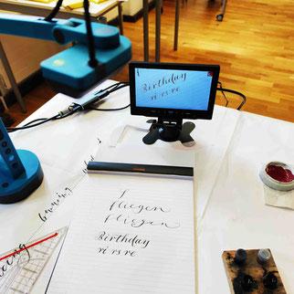 Die Dokumentenkamera links im Bild, Kontrollmonitor in der Mitte