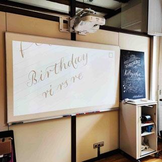 Kalligraphiekurs in Biberach: Leistungsstarker Beamer und whiteboard
