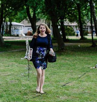 Traurednerin Kira Nothelfer auf dem Weg zu einer Trauung in Rangsdorf bei Berlin
