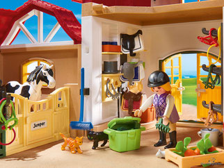Besonderheiten im Playmobil Paket 6926 sind die grossen Pferdeboxen die Täglich gesäubert werden müssen, damit sich die Pferde wohlfühlen.