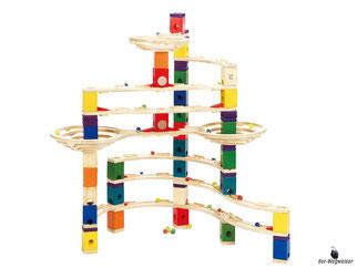 Die Besonderheiten im Hape Paket sind, dass unzählige Spielmöglichkeiten bestehen und die Kugelbahn beliebig erweitert werden kann.