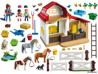 Im Paket Playmobil 6927 ist enthalten ein Stall mit zwei Boxen, einer Frau, einem Mädchen, ein Junge und viele Tiere und Zubehörteile.