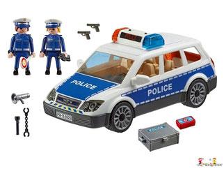 Im Paket Playmobil 6920 ist enthalten ein Polizist eine Polizistin ein Polizeiwagen ein Funkgerät ein Megafon ein Paar Handschellen eine Taschenlampe zwei Pistolen ein Koffer eine Erste-Hilfe-Box zwei Polizeidienstmützen und eine Polizeikelle.