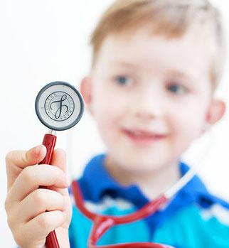 Junge mit Stetoskop