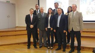 Die TeilnehmerInnen des Anlasses auf dem Gruppenbild (ich bin der zweite von links, nicht in Uniform)