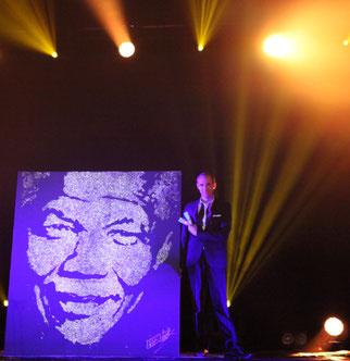 Le peintre performer et le portrait paillettes de Nelson Mandela