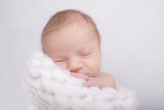 noworodek w bieli