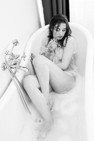 naga kobieta w wannie
