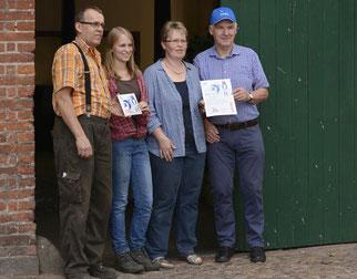 Überreichung der Urkunde und Plakette an Familie Hahn durch Herrn Wulff. - Foto: R. Severin
