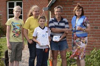 Überreichung der Urkunde und Plakette an die Familie Schwalenberg durch Frau Kadoch. - Foto: R. Severin