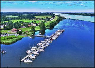 Luftaufnahme von Hafen, Bootshaus u. Vereinsgelände