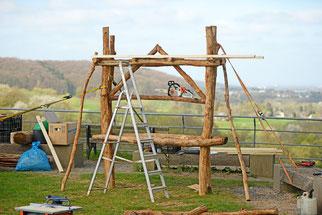 Aus Eichenholz und Dachlatten entsteht die Grundkonstruktion des Insektenhotels. (Foto: Stefan Körber)