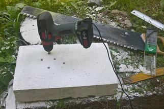 Gasbetonstein zuschneiden und verschieden große Löcher hineinbohren. (Foto: Roland Steinwarz)