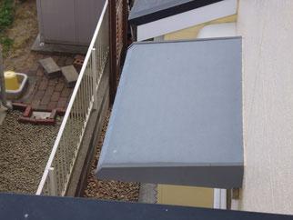 勝手口上部の屋根塗装前BEFORE
