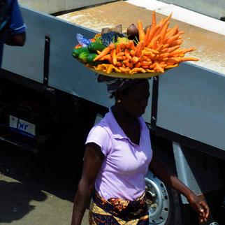 Foto: Karagiannakis, Afrikanerin mit Gemüseplatte auf dem Kopf