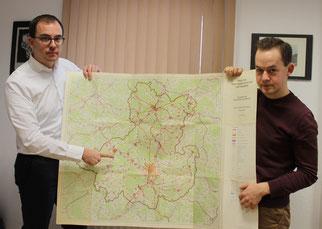 Weiteres Hindernis überwunden: Die Ortsumfahrung Lauterbach/Wartenberg wurde schon mindestens 1974 geplant, wie Felix Wohlfahrt (links) und Lukas Kaufmann (beide CDU) anhand eines damaligen Raumordnungsplanes erläutern · Foto→ CDU Wartenberg