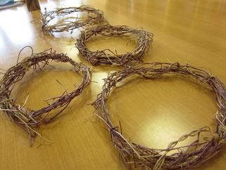 ② ツルを束ね、輪っかを作る