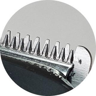 Die Klinge des Philips Barttrimmers ist relativ scharf und auch die 1 oder 2mm Kammaufsätze bieten keinen Schutz. Man sollte bei empfindlichen Stellen (zB am Hals) aufpassen.