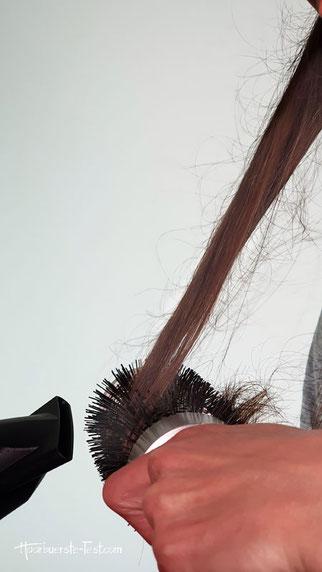 Haare mit Rundbürste fasch föhnen