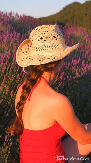 Strandfrisur mit Hut