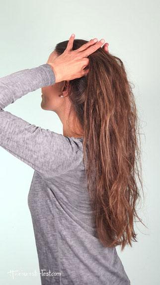 Haarsträhnen mit den Fingern abtrennen.