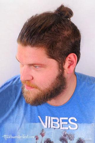 Mann mit Dutt und Bart