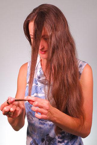Haare um den Finger wickeln