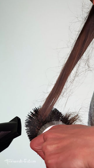 Haare mit Rundbürste föhnen