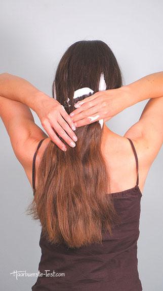 Haare mit Stylingschaum