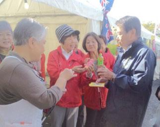 小林厚木市長と歓談する中村Dr
