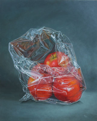 Rode appels in plastic - te zien bij Galerie Montulet
