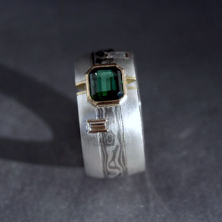 Schmuckring mit MokuMe Gane Einlage, Diamant-Baguettes und Turmalin in Goldfassungen