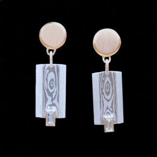 Ohrringe mit Einlage aus MokuMe Gane aus Silber und Palladium und Diamanten im Baguette-Schliff, Oberteil und Fassungen Gold