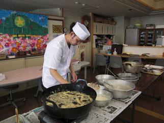 デイフロアに天ぷらが揚がるいい音が響いていました