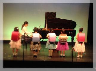 新1年生がお母さまの伴奏で歌う「1年生になったら」